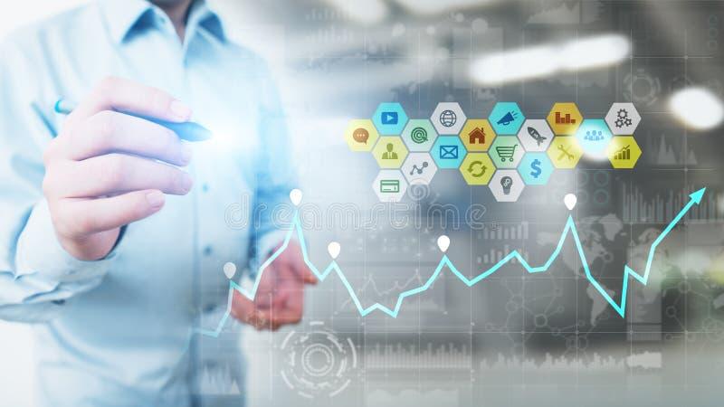 Médias mélangés, analytics de la veille commerciale Icônes, graphiques et diagrammes sur l'écran virtuel Investissement et concep image libre de droits