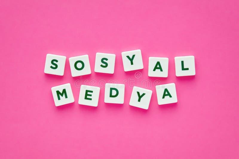 Médias sociaux écrits avec des lettres sur le fond rose photo libre de droits