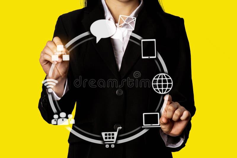 Médias sociaux numériques dans des affaires virtuelles de forme de globe d'icône ouvrir sa main, ordinateur fonctionnant d'écran  photo stock