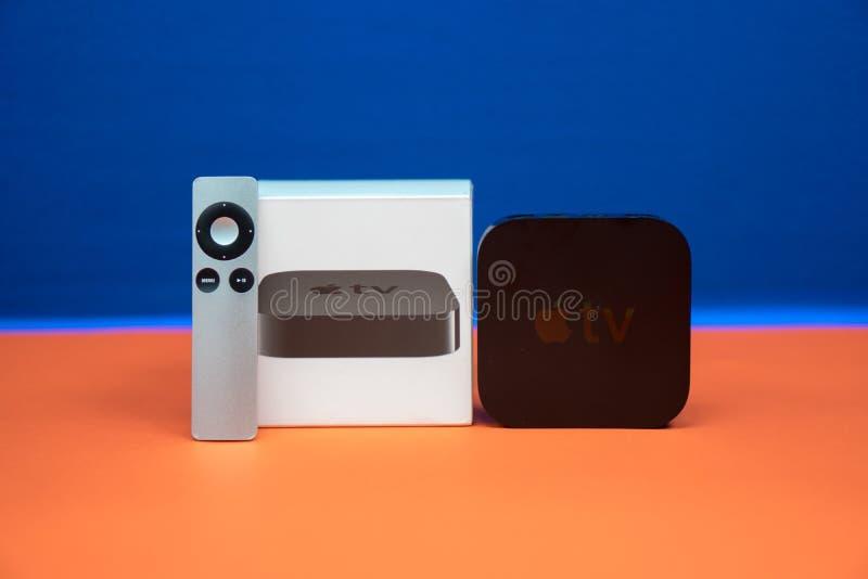 Médias télévisés d'Apple coulant le microconsole de joueur par des ordinateurs Apple photo libre de droits