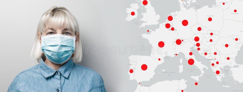 Médica adulta com máscara médica e mapa mundial com foco de propagação do coronavírus em fundo cinza Ciência e imagem de stock royalty free