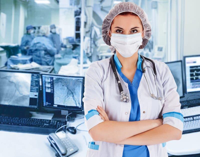 Médica cirujana en operación Visualización en el monitor del laboratorio de rayos X operativo en segundo plano foto de archivo libre de regalías