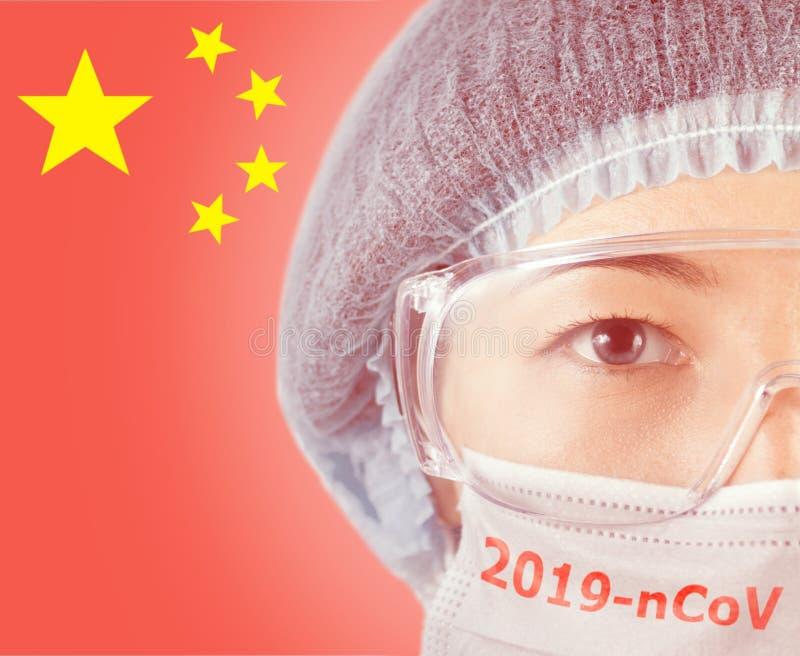 Médica con máscara protectora con inscripción 2019-nCov imágenes de archivo libres de regalías