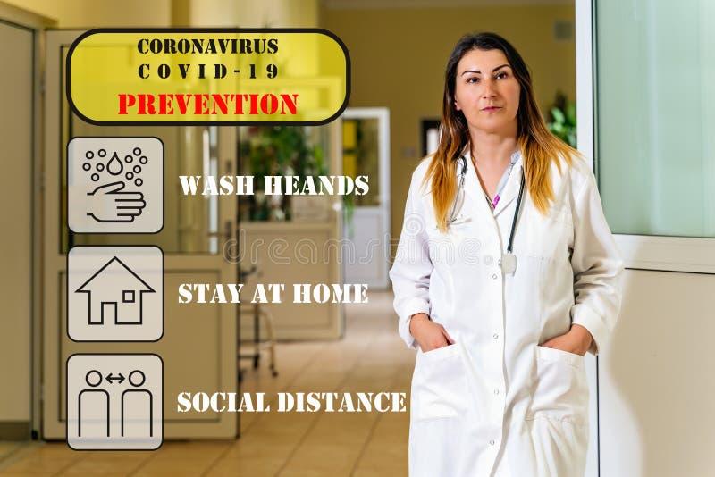 Médica em pé num corredor hospitalar com ícones de prevenção de coronavírus imagem de stock royalty free