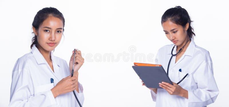 Médica Enfermeira em comprimido uniforme em laboratório fotografia de stock