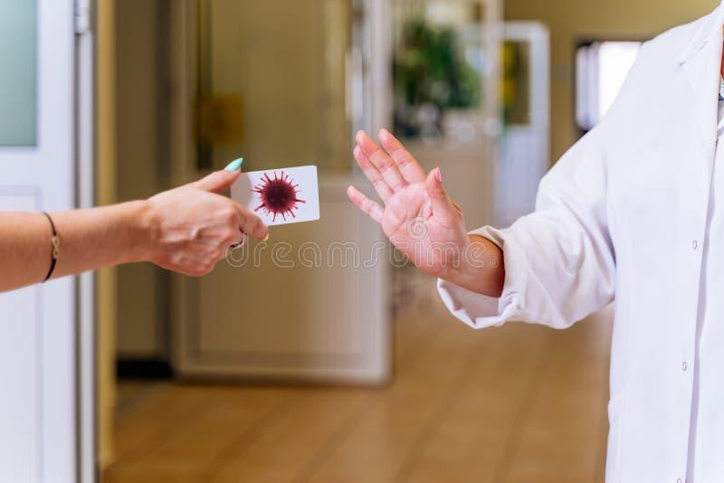 Médica feminina no corredor hospitalar, mostrando paragem com palma para propagação do coronavírus imagem de stock royalty free