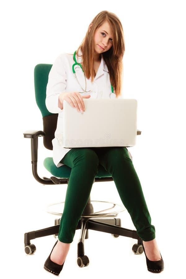 Download Médical Docteur De Femme Travaillant Sur L'ordinateur Portable D'ordinateur Photo stock - Image du présidence, santé: 45361384