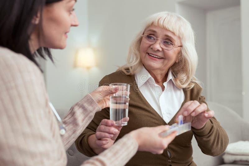 Médicament de gestion d'infirmière agréable avec du charme photos stock