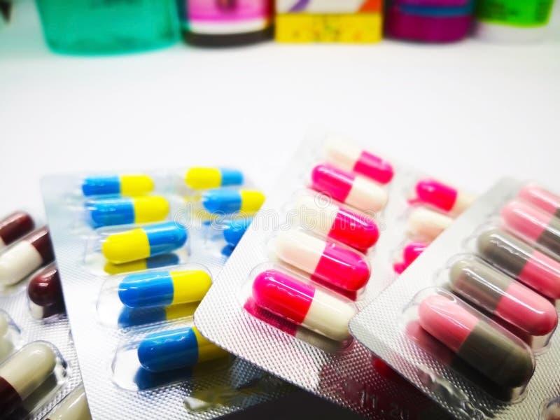 Médicament et concept de soins de santé Tas de med coloré de capsules images stock
