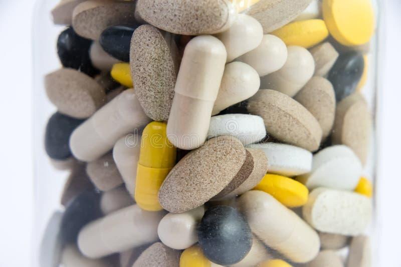 Médicaments dans la boîte de conteneur boîte de conteneur complètement de pilules de drogue et de médecine Médecines de achat coû image libre de droits