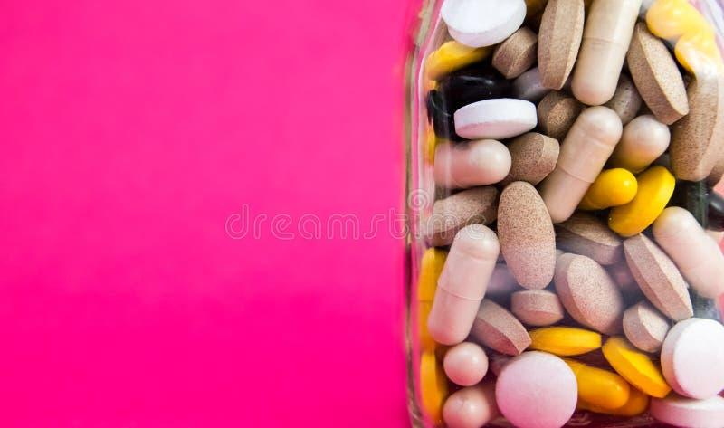 Médicaments dans la boîte de conteneur boîte de conteneur complètement de pilules de drogue et de médecine Médecines de achat con photo libre de droits