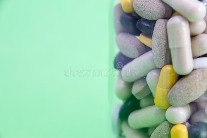 Médicaments dans la boîte de conteneur boîte de conteneur complètement de pilules de drogue et de médecine Médecines de achat vue photographie stock libre de droits