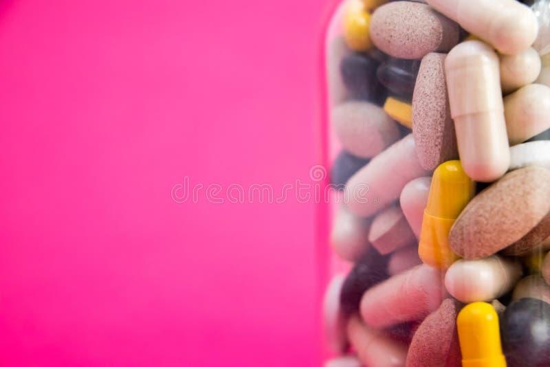 Médicaments dans la boîte de conteneur boîte de conteneur complètement de pilules de drogue et de médecine Médecines de achat vue image stock