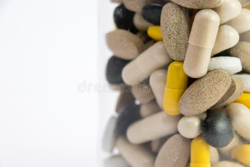 Médicaments dans la boîte de conteneur boîte de conteneur complètement de pilules de drogue et de médecine Médecines de achat vue photos libres de droits
