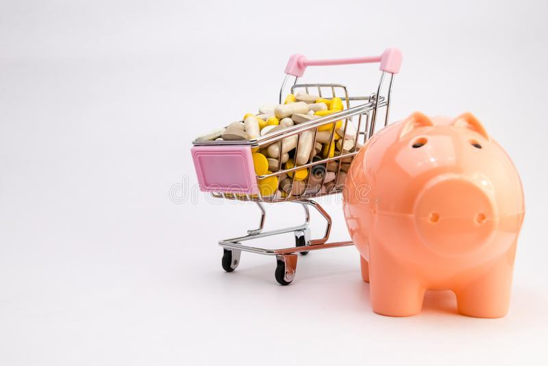 médicaments dans le chariot E Médecines de achat tour étroite de viewPiggybank et d'argent image libre de droits