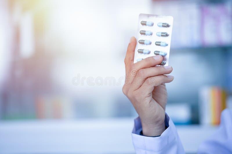 Médicaments rangés dans des étagères à la pharmacie photo stock