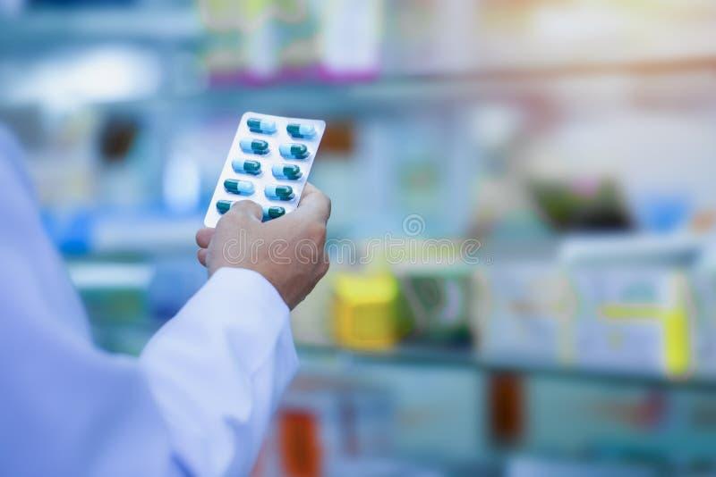 Médicaments rangés dans des étagères à la pharmacie photographie stock