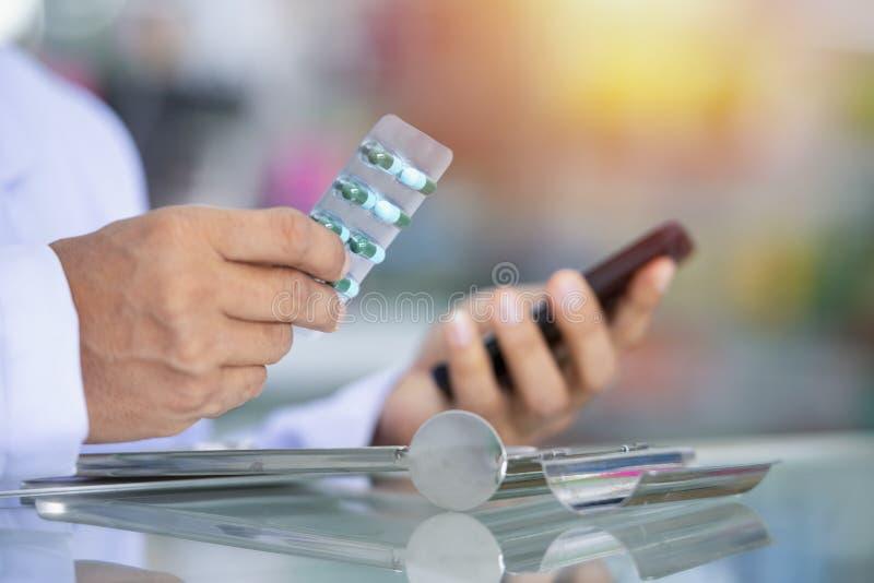Médicaments rangés dans des étagères à la pharmacie image stock