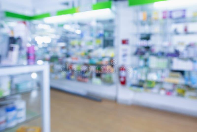 Médicaments rangés dans des étagères à la pharmacie photos stock