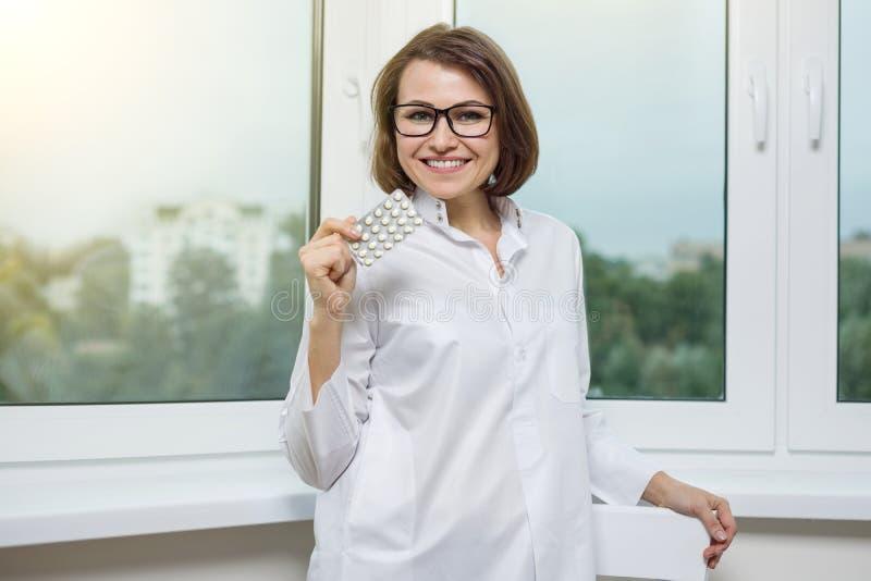 Médico adulto sonriente un doctor de la mujer en el hospital foto de archivo libre de regalías