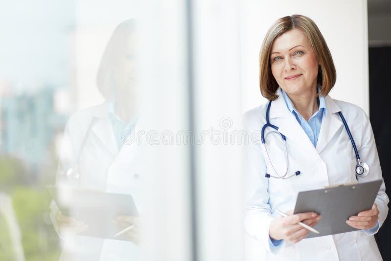 Médico amistoso foto de archivo