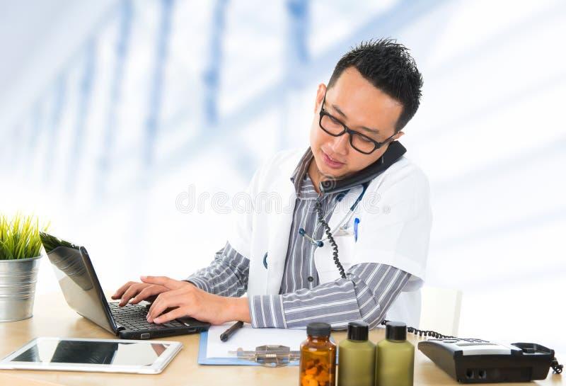 Médico asiático suroriental ocupado foto de archivo libre de regalías