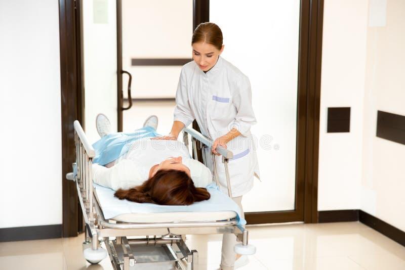 Médico atento que ayuda al paciente tras el procedimiento fotográfico fotografía de archivo libre de regalías