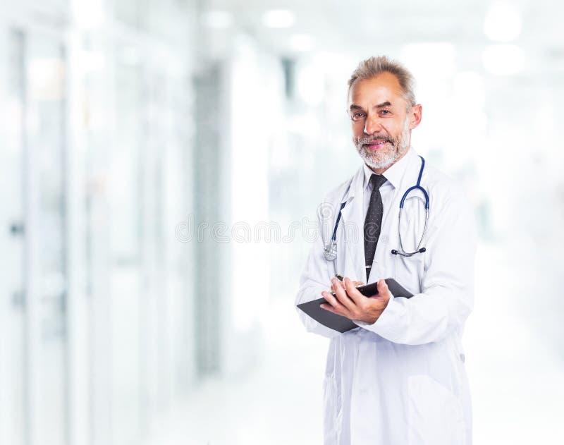 Médico calificado adulto del médico fotos de archivo
