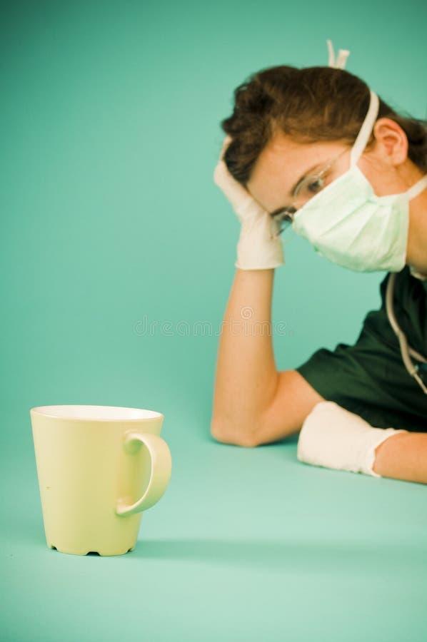 Médico cansado que se reclina después de cirugía imagen de archivo libre de regalías