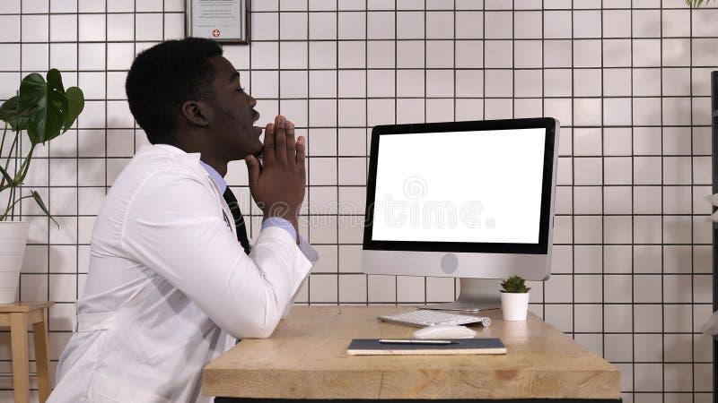 Médico chocado que olha na tela do computador Indicador branco imagem de stock royalty free