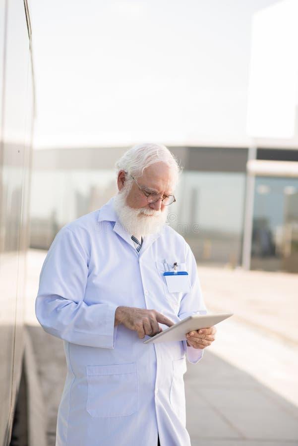 Médico con la tableta imagen de archivo