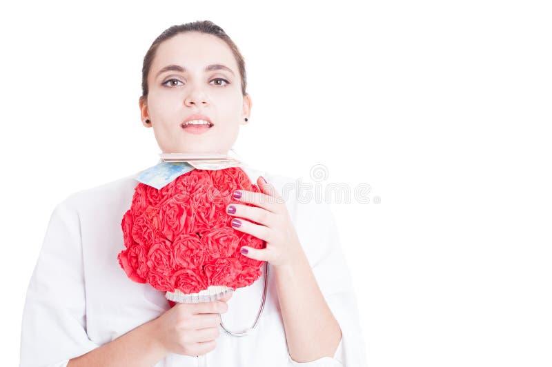 Médico consideravelmente fêmea com o ramalhete da flor de papel fotos de stock
