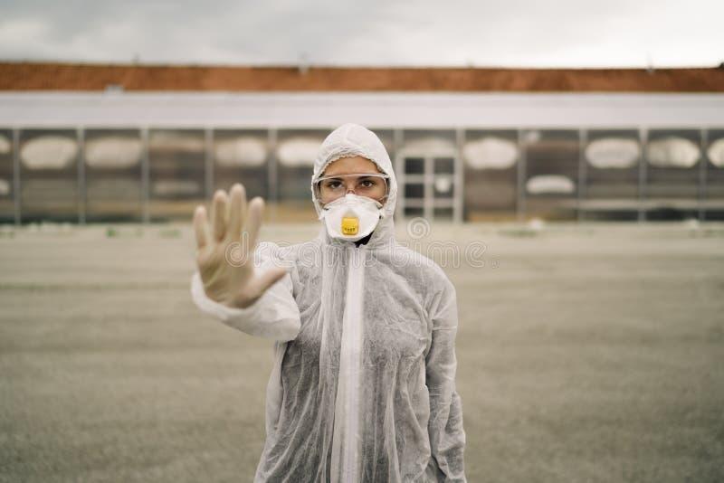 Médico de Coronavírus em frente ao hospital de isolamento Médico da Circular 19 com equipamento de proteção Sinal de paragem manu foto de stock