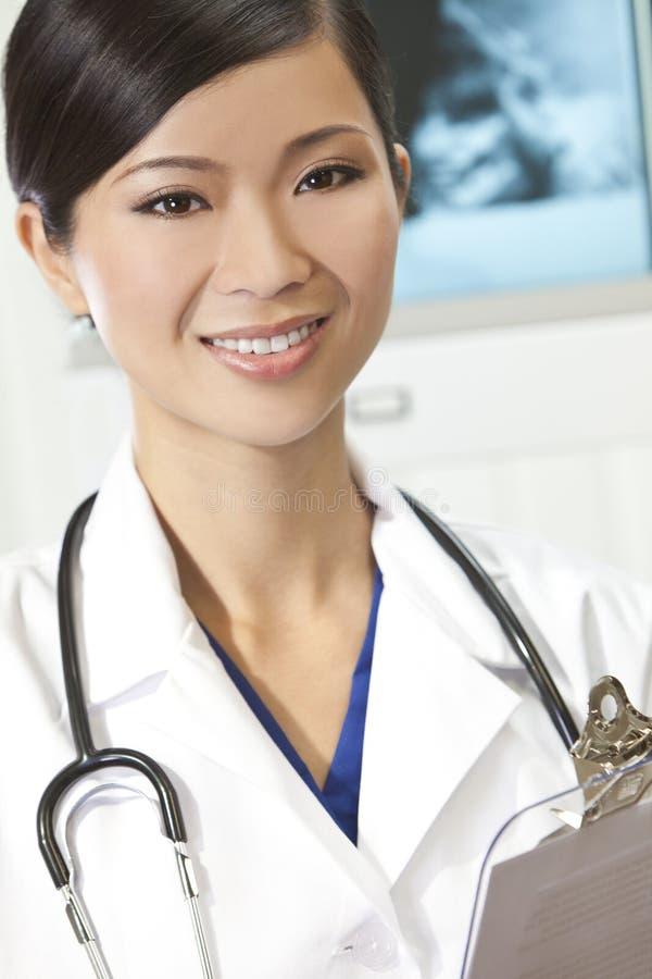 Médico de hospital de sexo femenino chino de la mujer con las radiografías