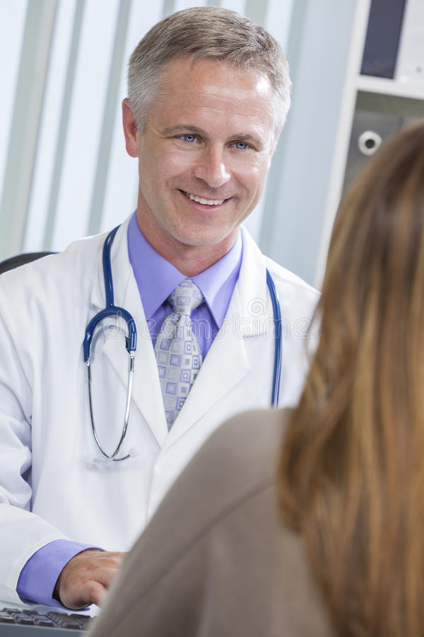 Médico de hospital de sexo masculino que habla con el paciente femenino foto de archivo libre de regalías