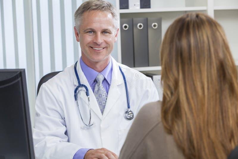 Médico de hospital de sexo masculino que habla con el paciente femenino fotos de archivo libres de regalías
