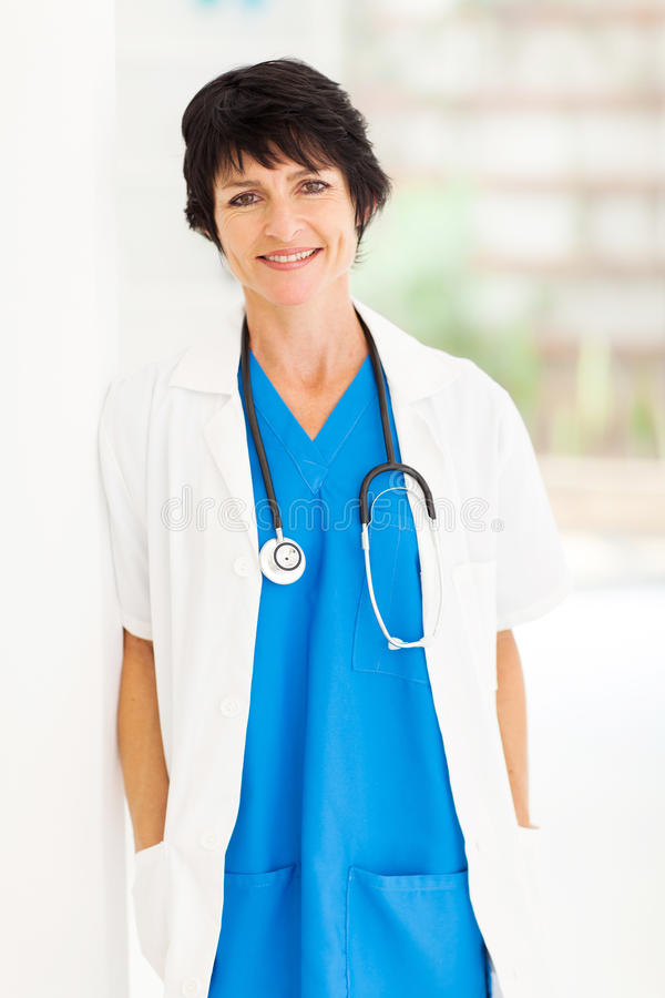 Médico de hospital maduro imagen de archivo