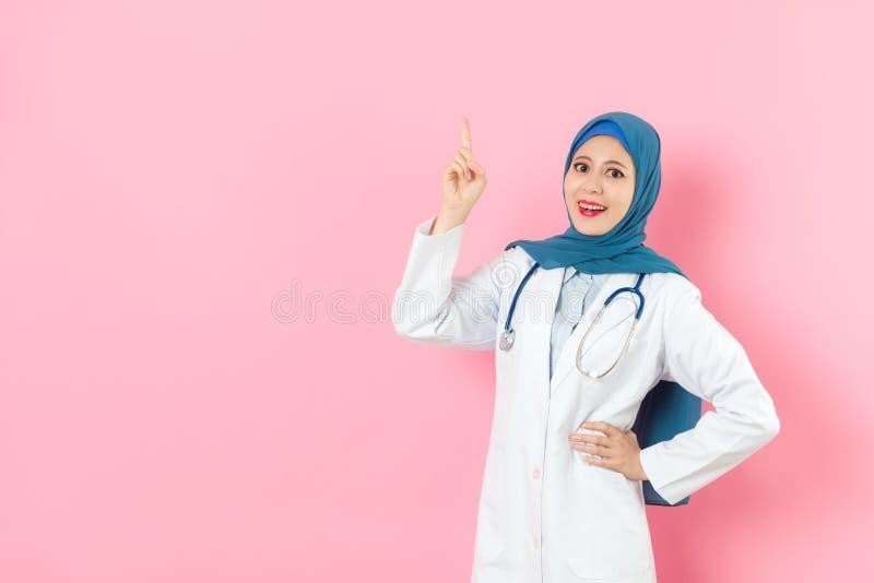 Médico de hospital musulmán feliz de la mujer elegante imágenes de archivo libres de regalías