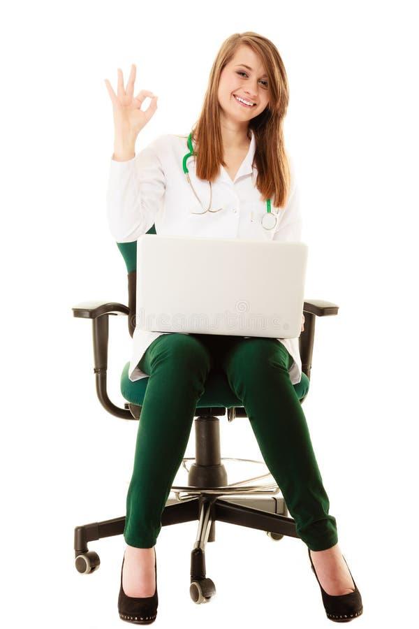 médico Doutor da mulher que trabalha no portátil do computador fotografia de stock royalty free