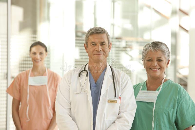 Médico e equipe de funcionários fotografia de stock royalty free