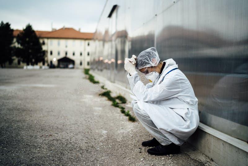 Médico em choro deprimido com máscara com colapso mental Medo, ansiedade, ataque de pânico devido a surto de coronavírus Psicológ foto de stock