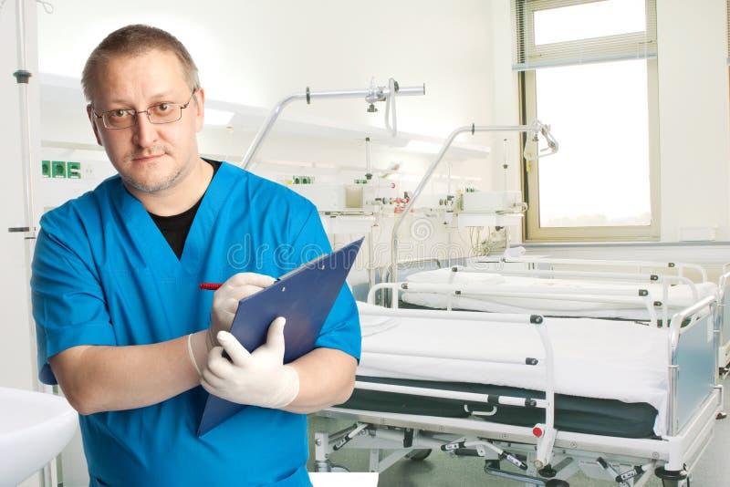 Médico en el compartimiento del hospital imagen de archivo
