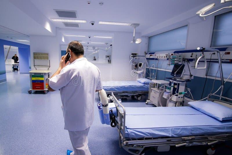 Médico en la Unidad de Cuidados Intensivos fotos de archivo libres de regalías