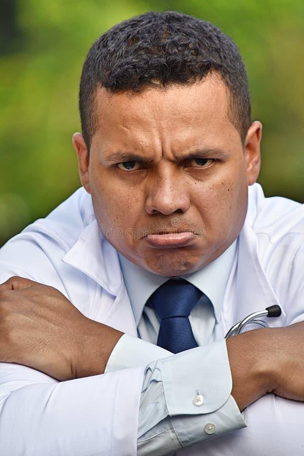 Médico enojado del varón del Latino imagen de archivo