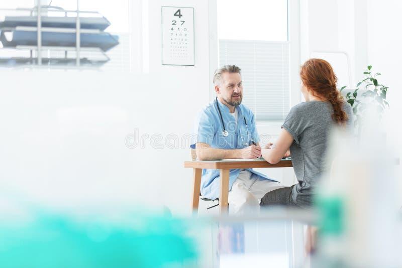 Médico especializado em medicina interna e paciente imagens de stock royalty free