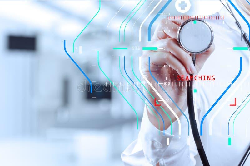 médico esperto do sucesso que trabalha com sala de operações como concentrada fotos de stock royalty free