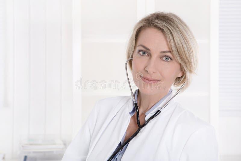 Médico fêmea no branco: Retrato no fundo branco foto de stock