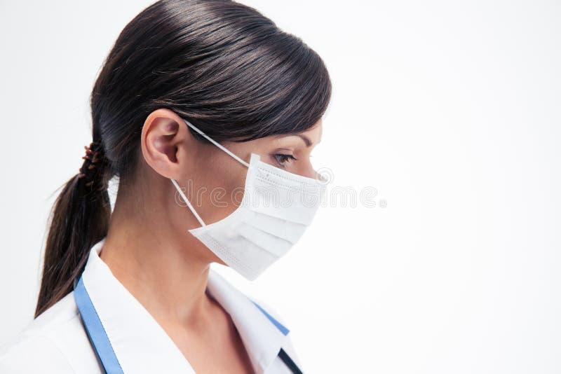 Médico fêmea pensativo na máscara imagens de stock royalty free