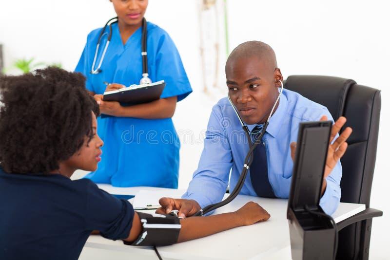 Paciente africano do médico imagem de stock