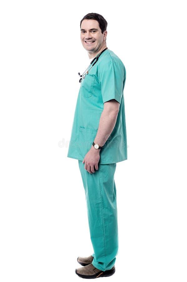 Médico masculino feliz do comprimento completo foto de stock